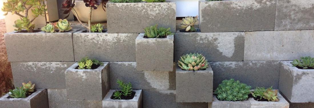 Các hình khối chậu hoa nghệ thuật trong vườn bằng bê tông